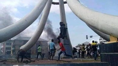 "Photo of ""You're the cause of our trouble"" Angry youths set Azikiwe's statue on fire"